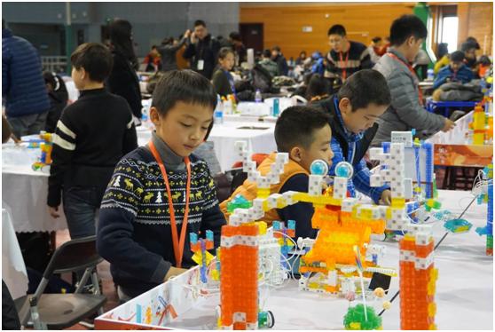 学员林盛桐、马霄羽、杨贯之在第四届RoboRAVE国际机器人大赛亚洲公开赛现场.png